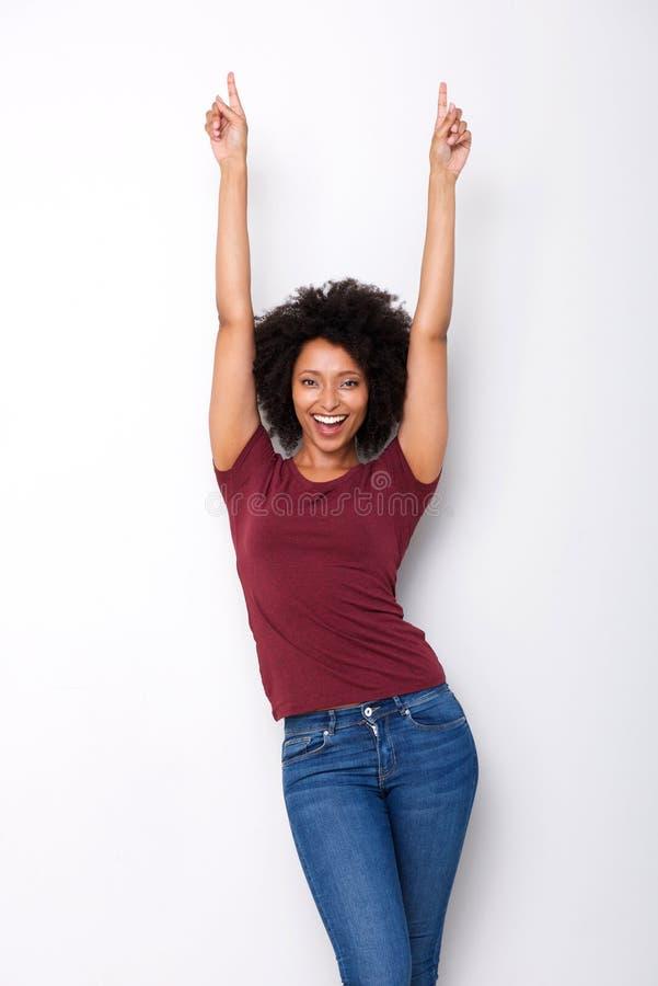 指向手指在白色背景的兴奋的愉快的年轻非洲妇女 免版税库存照片