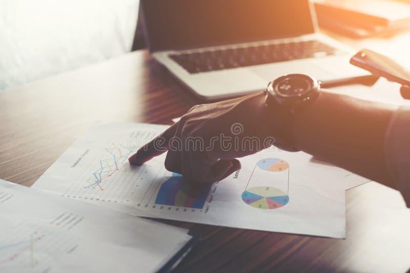 指向手指的商人分析统计财政图表 库存照片