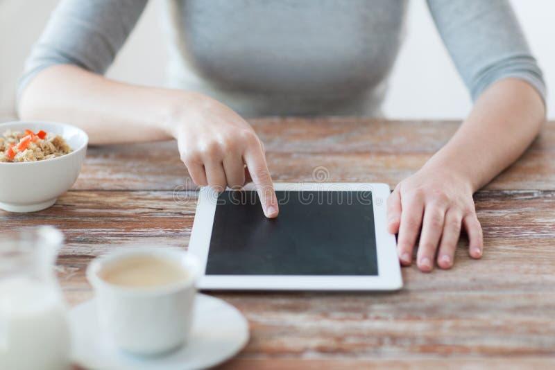 指向手指的妇女片剂个人计算机计算机 免版税库存照片