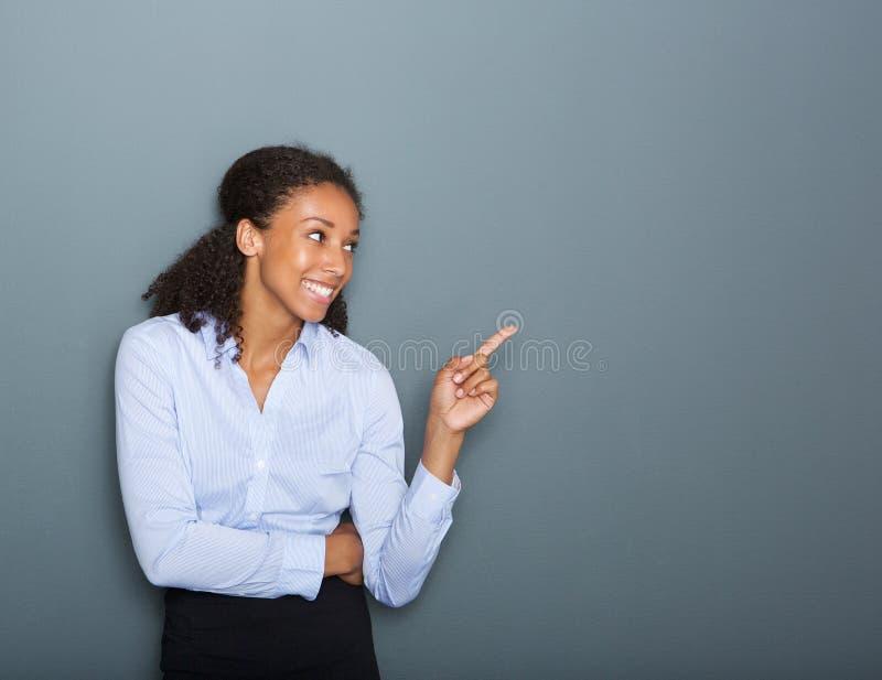 指向手指的愉快的女商人 免版税库存图片