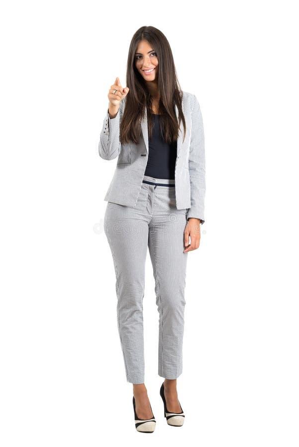 指向手指的愉快的微笑的女商人照相机 免版税库存照片