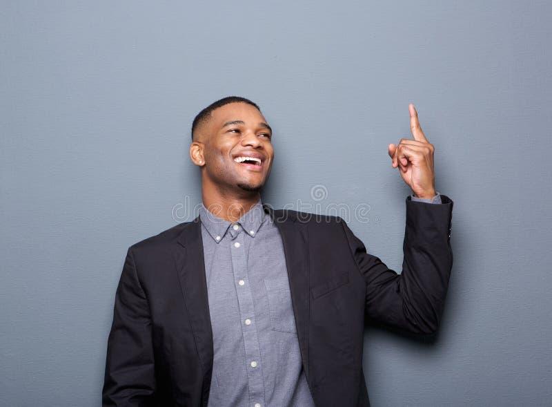 指向手指的愉快的黑人商人 免版税库存照片