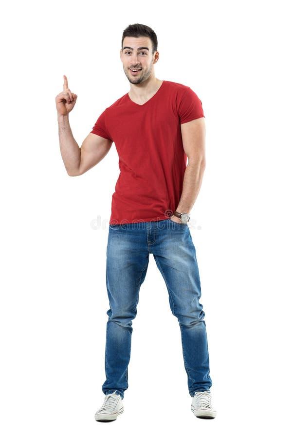 指向手指的激动的年轻愉快的偶然人显示空白 免版税库存照片