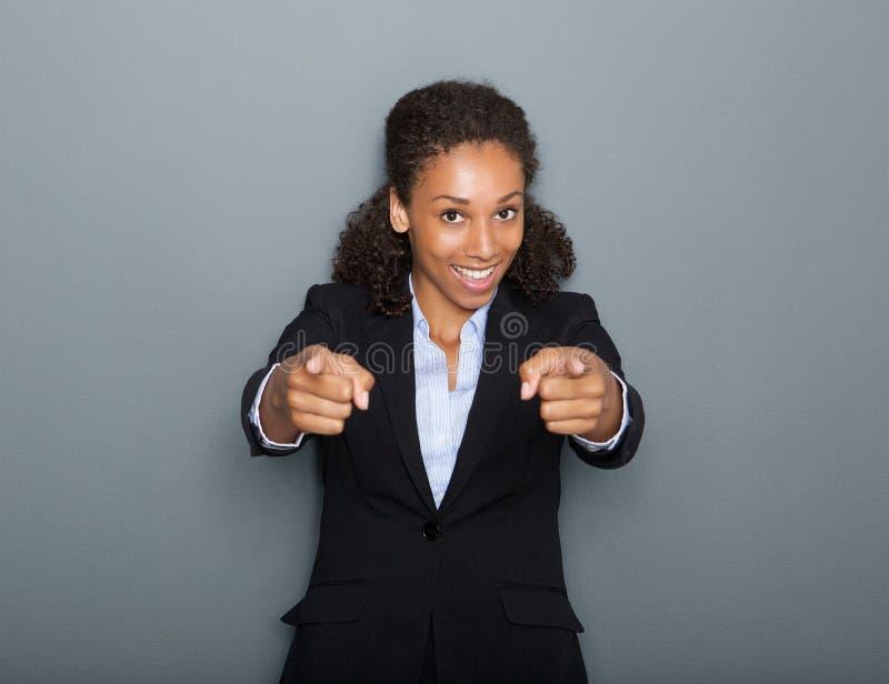 指向手指的确信的女商人 免版税图库摄影