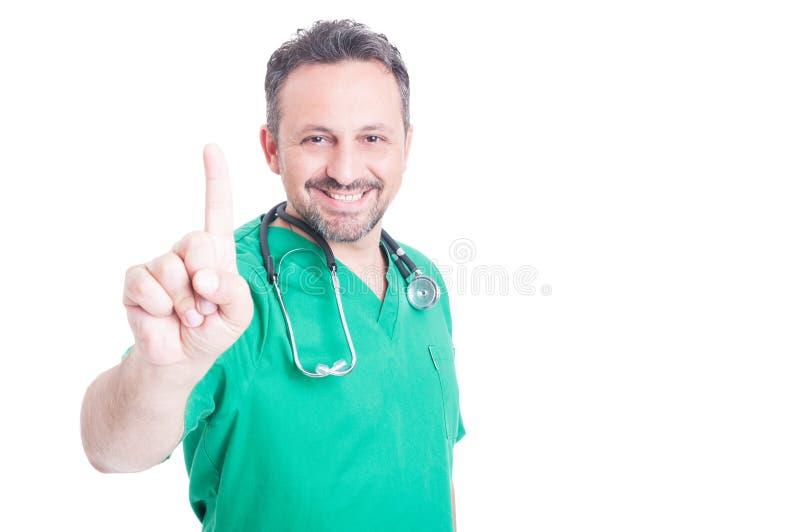 指向手指的英俊的男性医生  免版税库存图片