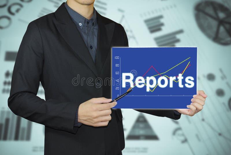指向报告图表概念的商人 免版税库存图片