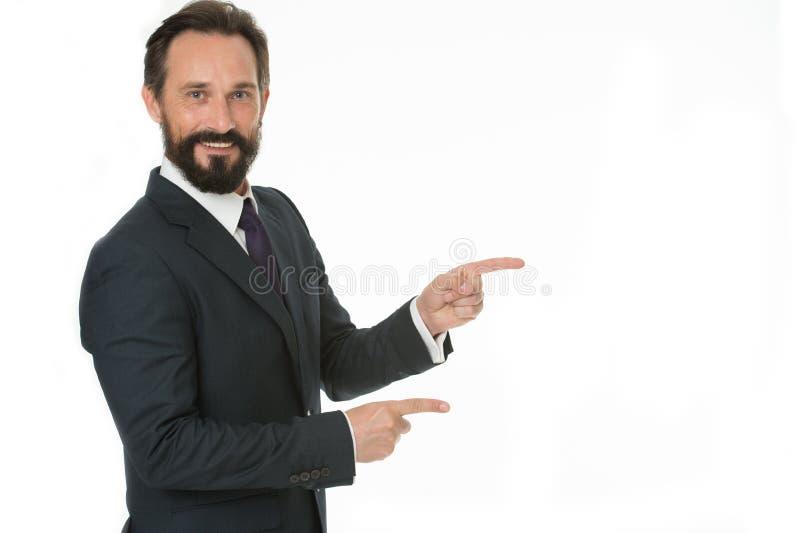 指向拷贝空间 指向食指的人隔绝在白色 有胡子的人在礼服成熟 商人或 免版税库存照片