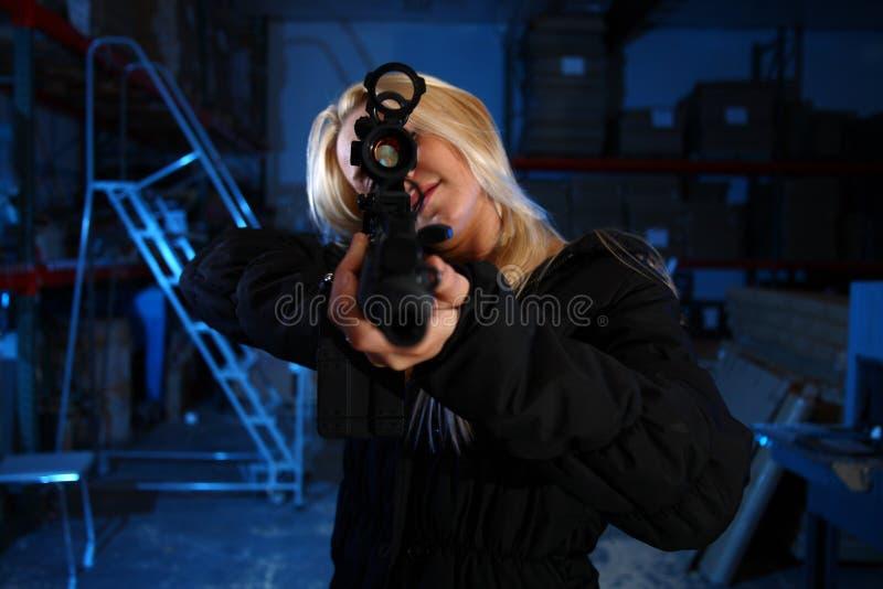 指向攻击步枪的妇女 库存图片