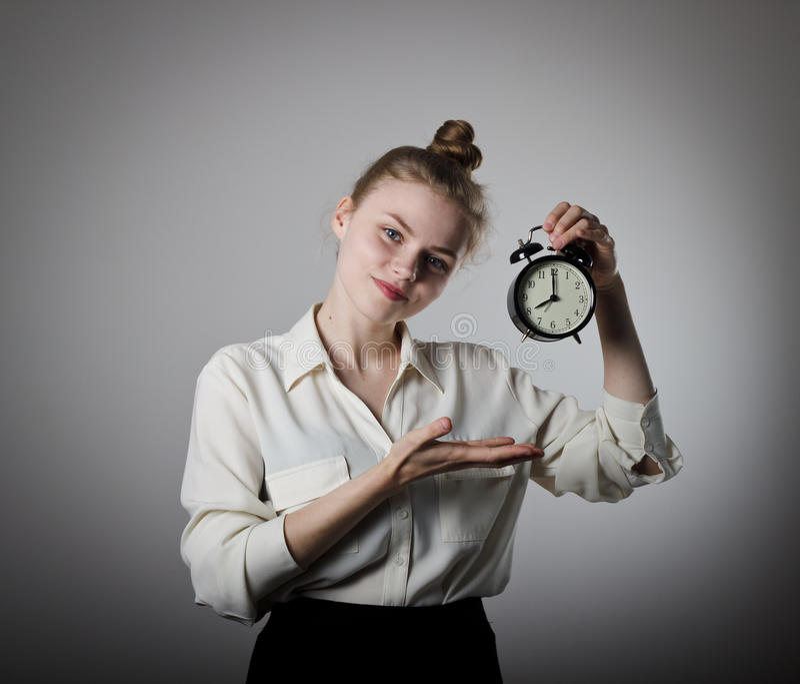 指向时钟的女孩 免版税库存照片