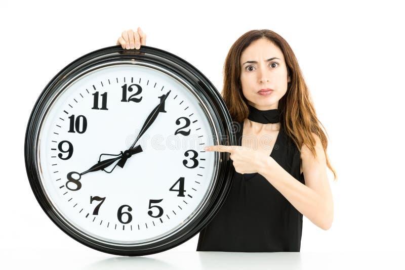 指向时钟的妇女 库存图片