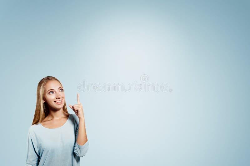 指向显示和看对的女商人 免版税库存图片
