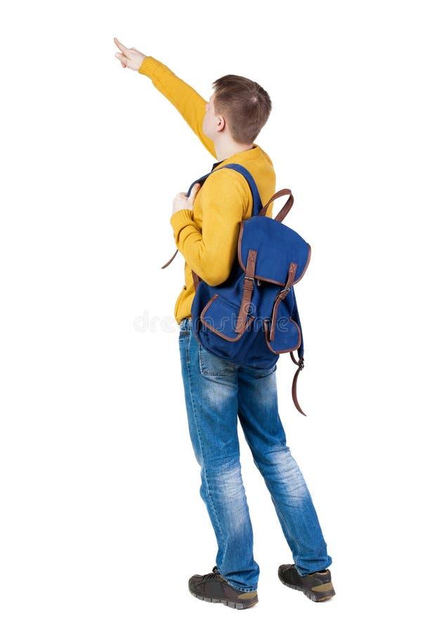 指向有背包的年轻人后面看法  免版税库存图片