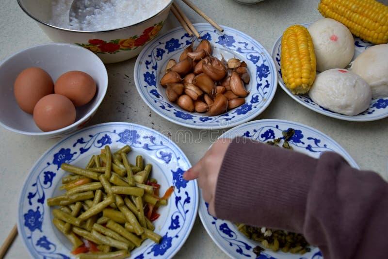 指向板材的一个小孩子用可口自创食物 免版税库存照片