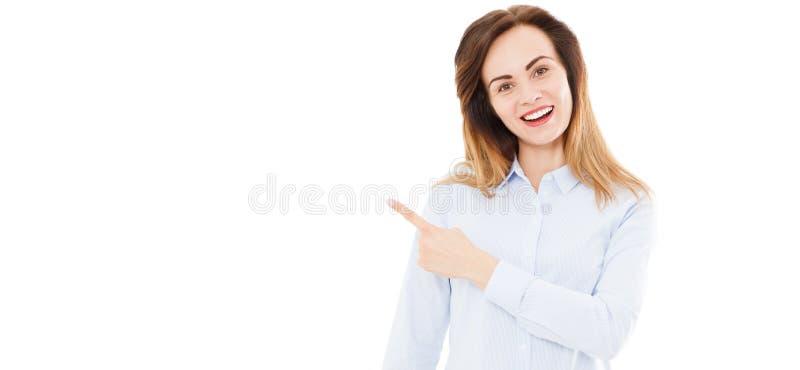 指向某事的愉快的年轻女人在被隔绝的白色背景 免版税库存图片