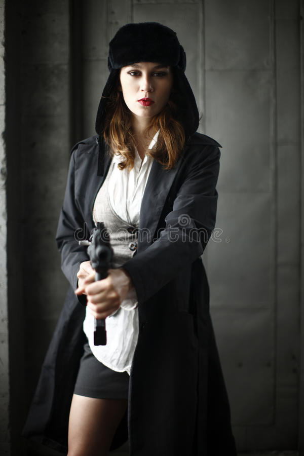 指向步枪时髦的妇女 图库摄影