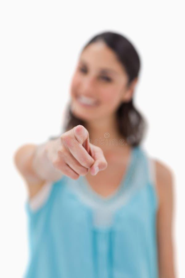 指向浏览器的一名微笑的妇女的纵向 免版税图库摄影