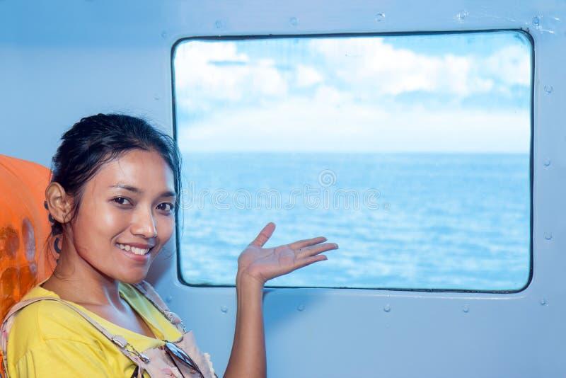 指向海上的妇女 免版税库存图片