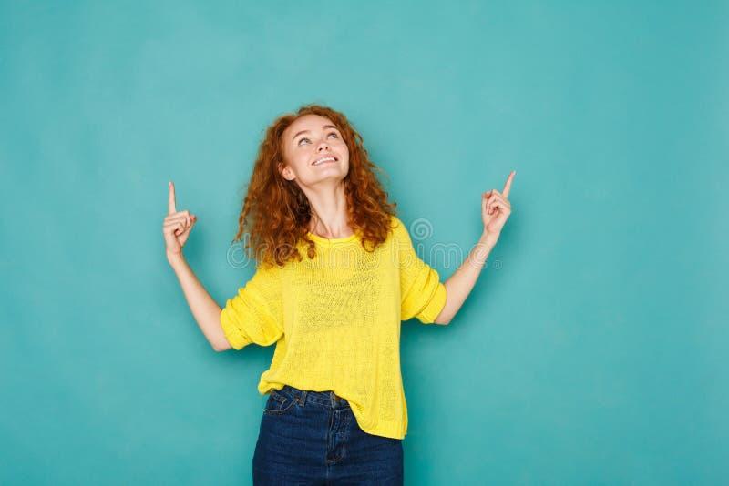 指向激动的红头发人的妇女  库存图片