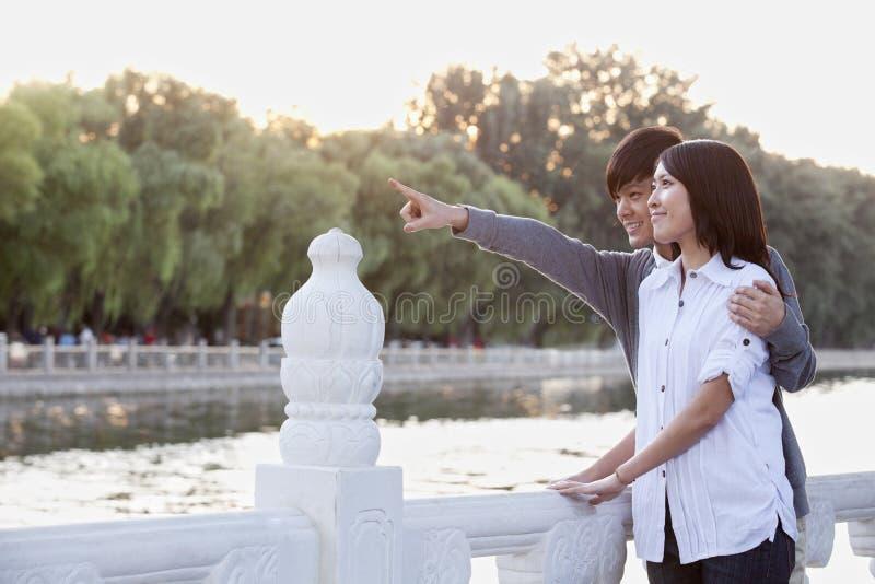 指向由湖的年轻夫妇 图库摄影