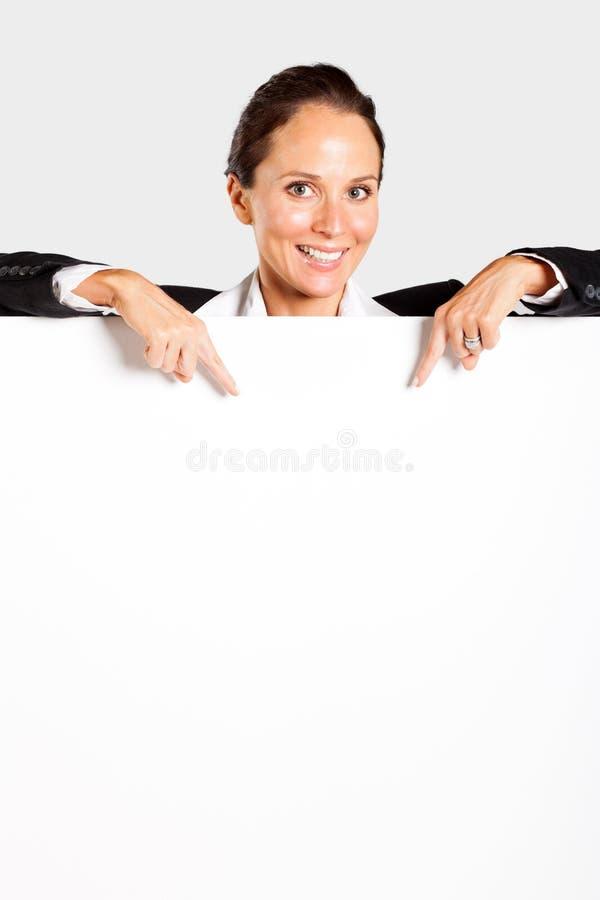 指向白板的女实业家 免版税库存图片