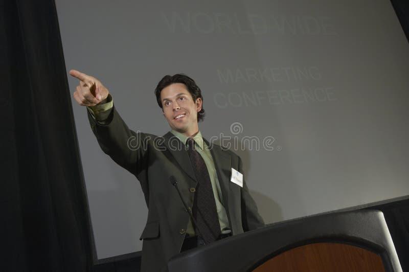 指向的商人,当作演讲时 免版税库存照片