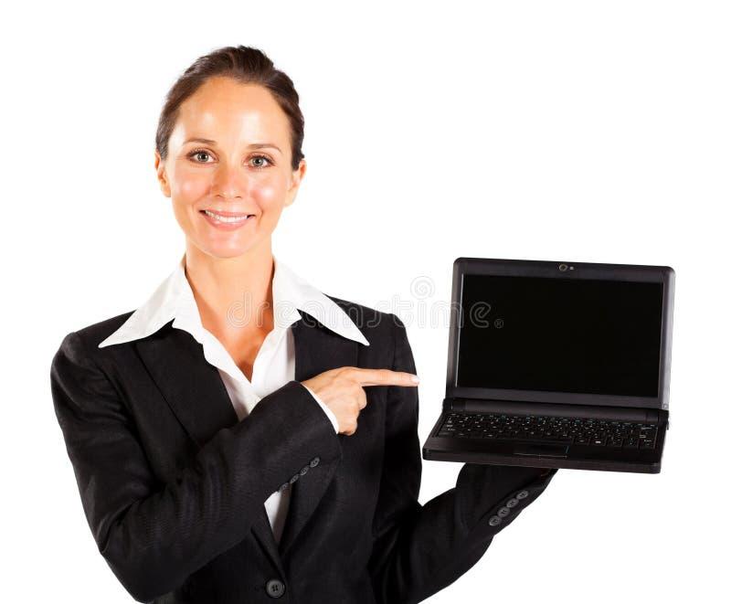 指向膝上型计算机的女实业家 库存照片