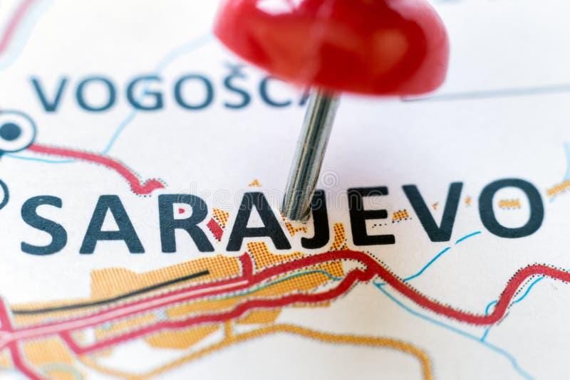 指向萨拉热窝的红色别针 免版税库存图片