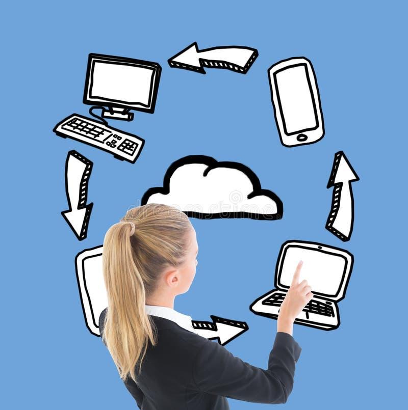 指向被说明的膝上型计算机的女实业家 免版税库存图片