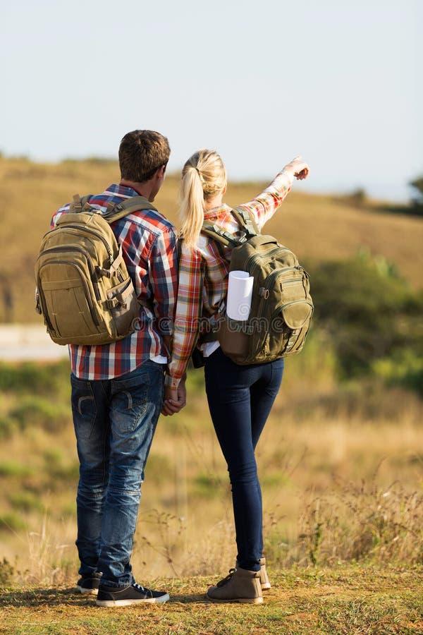 指向距离的远足者 免版税图库摄影