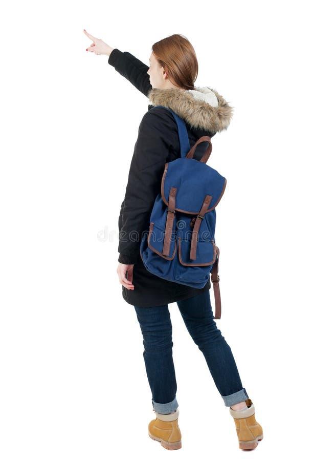 指向附头巾皮外衣的少妇后面看法  免版税库存照片