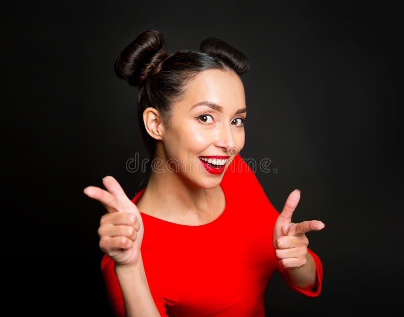 指向食指的年轻激动的妇女画象  库存照片