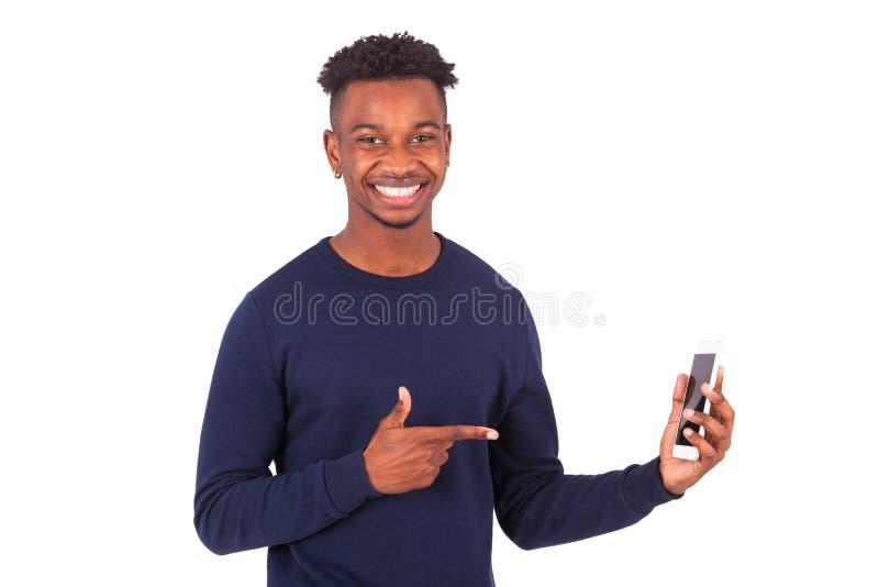 指向他的智能手机屏幕- Bla的年轻非裔美国人的人 免版税图库摄影