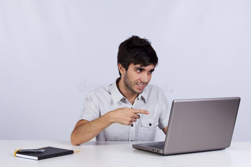 工作在他的办公室的现代商人 免版税库存图片