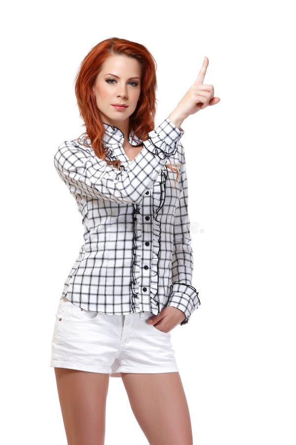 指向copyspace的红头发人妇女的纵向 免版税库存照片