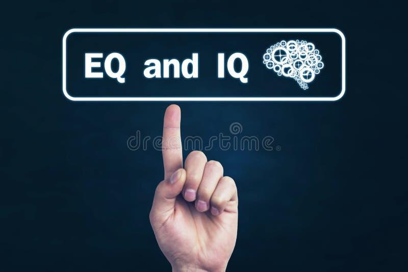 指向Eq和智商词的男性手 免版税库存照片