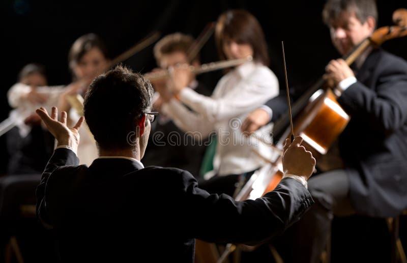指挥交响乐团的指挥 免版税图库摄影