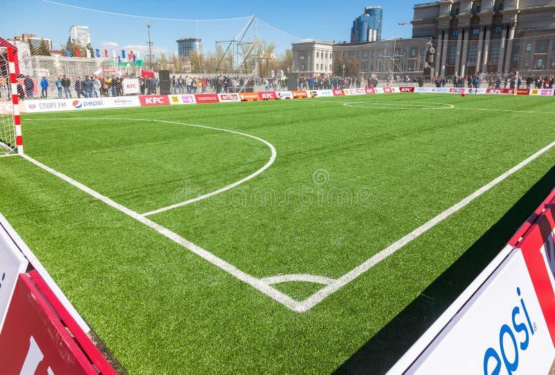 指示在足球或橄榄球fie的绿草的空白线路 库存照片