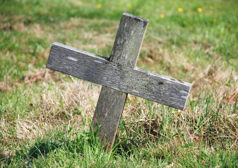 指示坟墓的木十字架 免版税库存照片