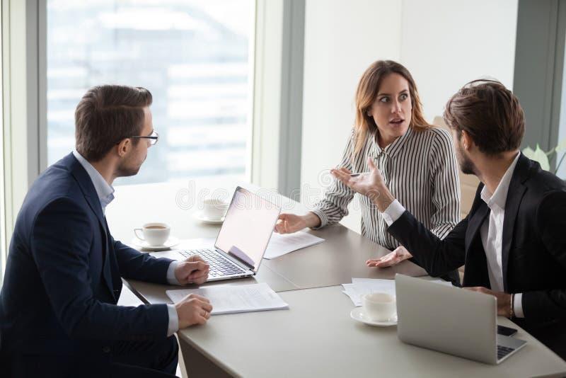 指责女性同事,实习生的恼怒的人,责备由于差错 免版税库存图片