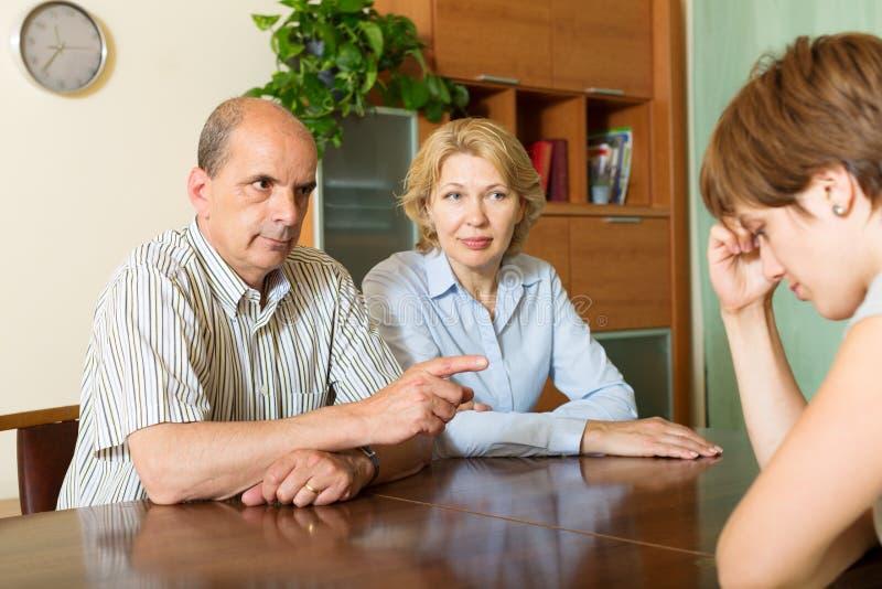 指责成熟的父母成人女儿 免版税图库摄影