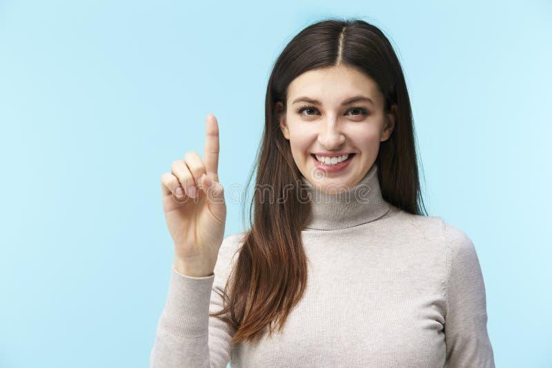 按一个真正按钮的年轻白种人妇女 免版税库存照片