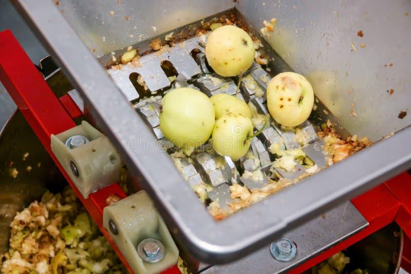 按与一则小苹果新闻的苹果汁,在做与它的萍果汁前 库存图片