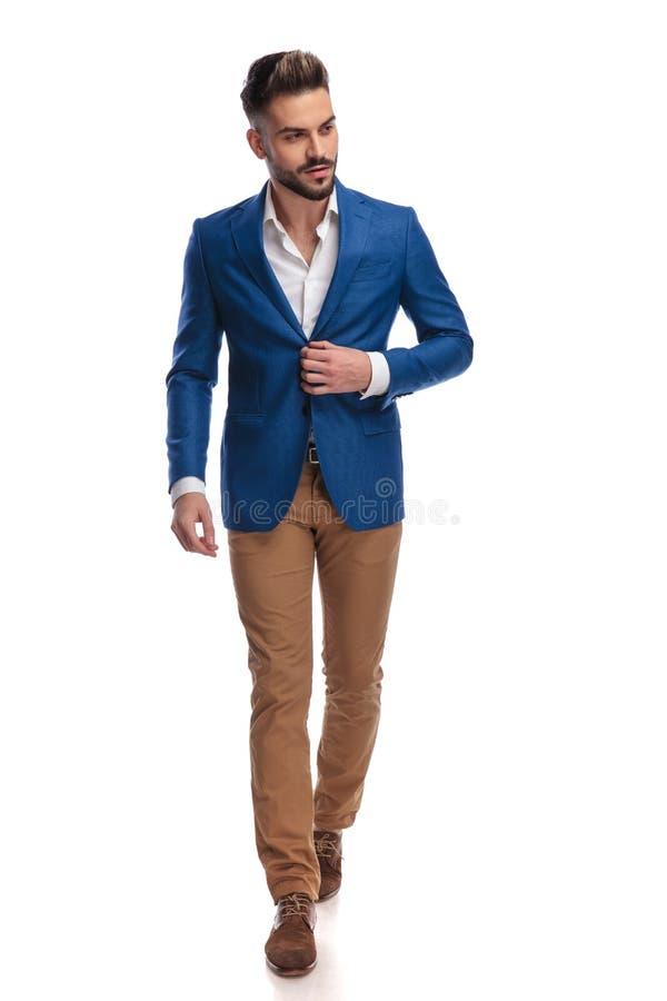 按他的休息室夹克的衣服的可爱的人,当走时 免版税库存图片