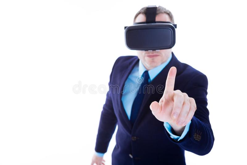 按他的手指的严肃的精明的商人对虚屏 免版税库存图片