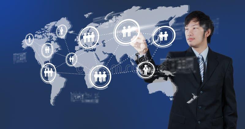 按在数字式虚屏,人力资源m上的商人 免版税库存图片