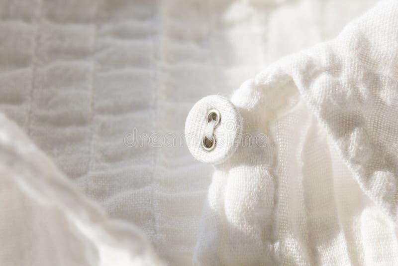按在白色与浅景深的衬衣选择聚焦 免版税库存图片