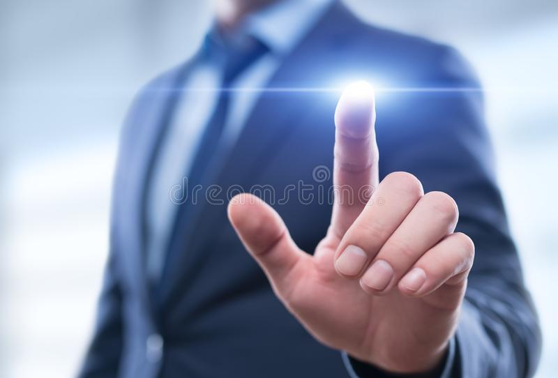 按在虚屏上的商人按钮 指向在未来派接口的人 图库摄影