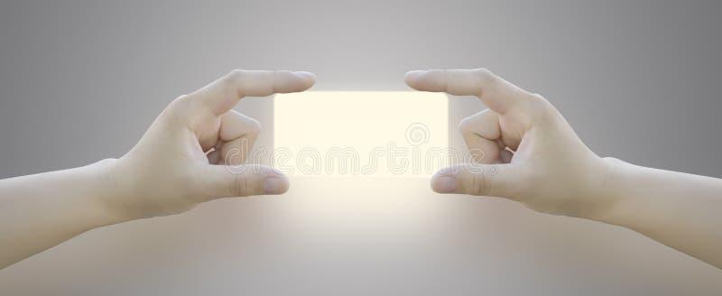 按在触摸屏上的妇女的手按钮 库存照片