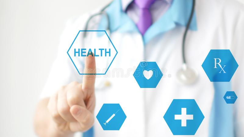 按在触摸屏幕的医生真正按钮 现代医疗保健的概念 库存图片