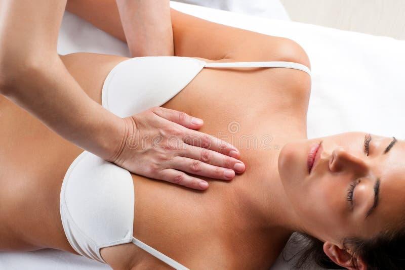 按在woman's胸口的治疗师 库存图片